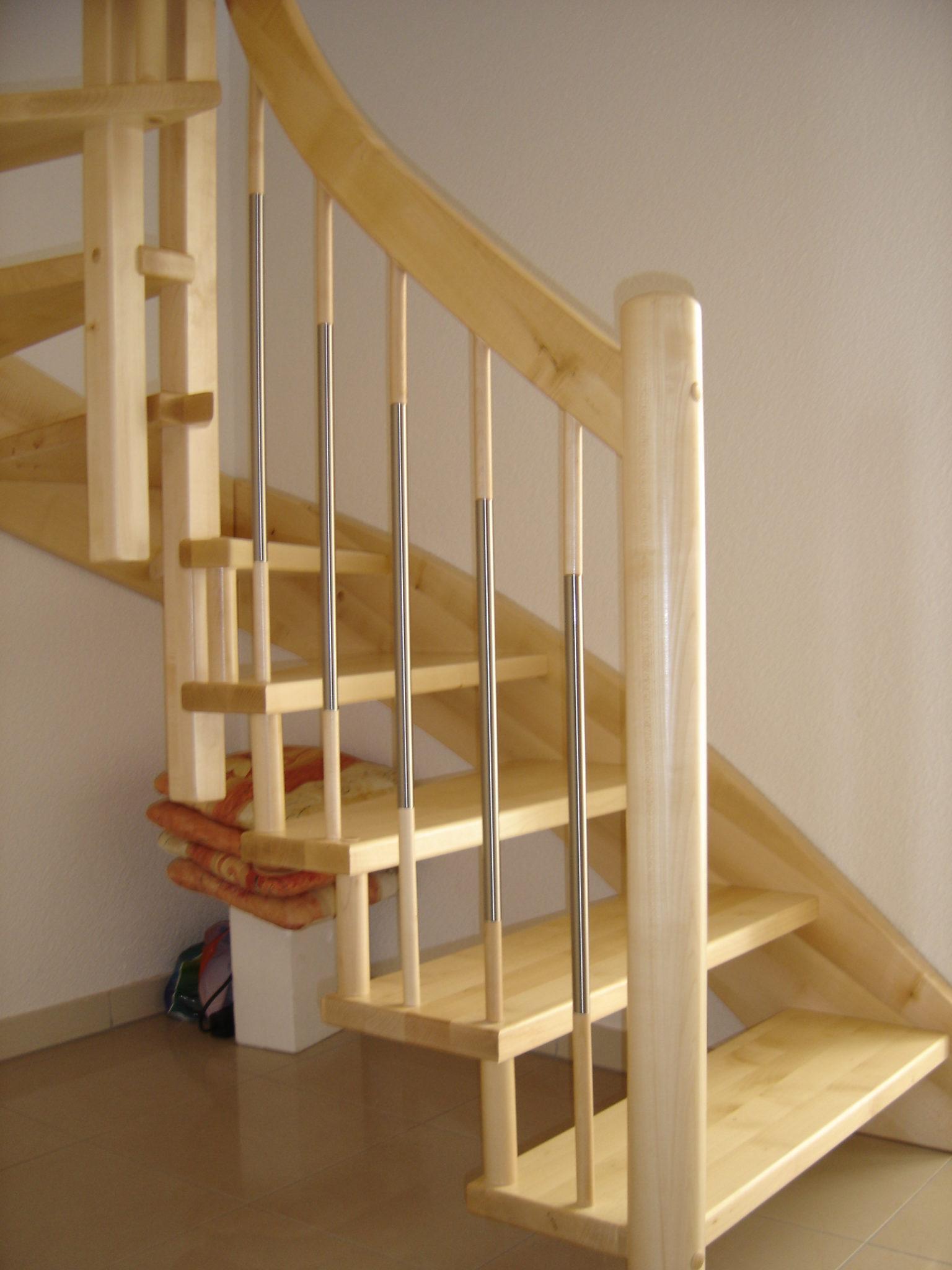eingestemmte Holztreppe mit Distanzen zwischen den Stufen