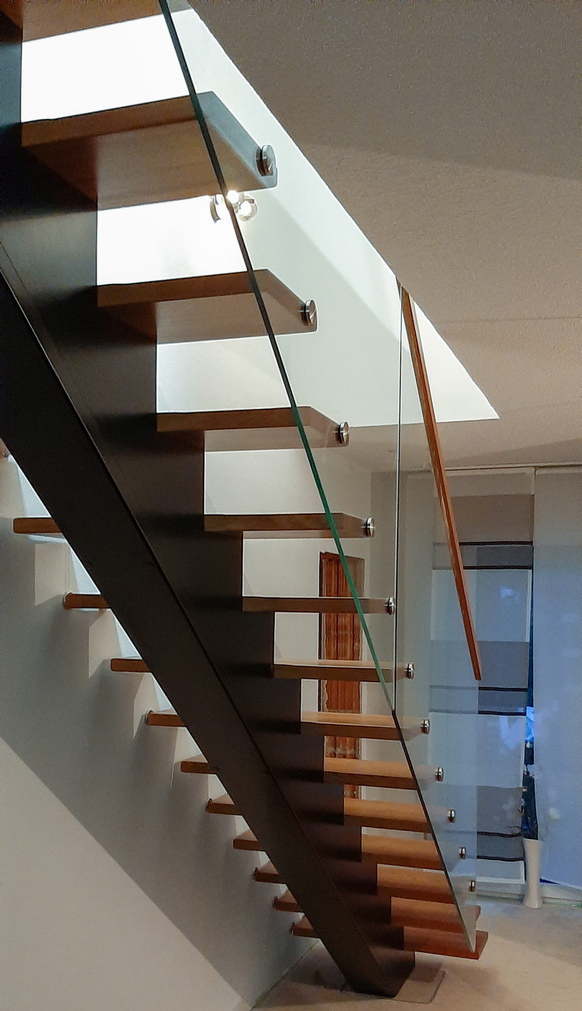 Mittelholm Holztreppe mit Glasgeländer